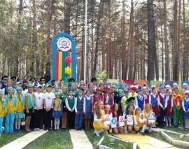 ОДОО «Школа юного пешехода» вручила команде отряда ЮИД Новолуговской школы №57 пособия «Путешествие на зелёный свет»