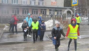 Практическое занятие «Перехожу дорогу правильно» провели сотрудники Новосибирской Госавтоинспекции с активистами ЮИД