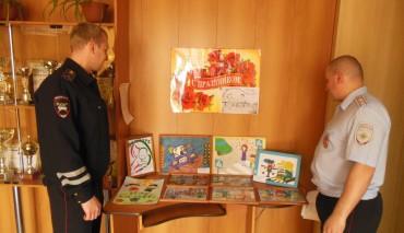 Сотрудники региональной Госавтоинспекции организовали выставку детских работ, посвящённую Международному дню семьи