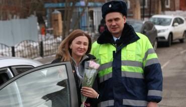 Акция«Цветы для автоледи» прошла на автодорогах Красногорска Московской области