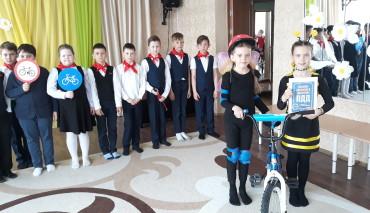 В Свердловской области школьники обучают малышей грамотной езде на велосипеде