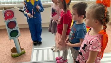 «Школа юного пешехода» продолжает занятия у старших дошкольных групп Школы №1363 Юго-Восточного административного округа.
